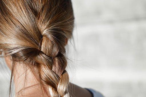 jedna z kobiecych fryzur - warkocz